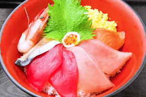 お食事処の一番人気は海鮮丼!焼津の海の幸が詰まっています。